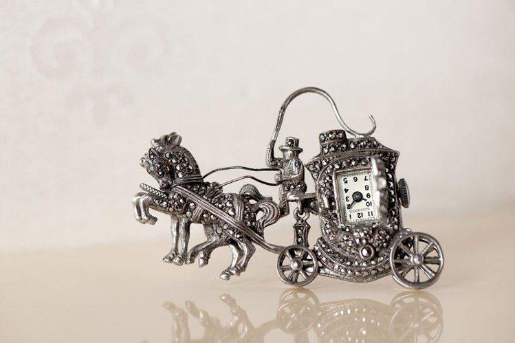 1930年,像是胸針錶這類兼具飾品以及時計功能的造型時計作品在上流社會社交圈中愈...