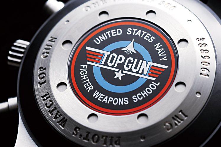 Top Gun以海軍空戰部隊計時腕錶專賣店特別版底蓋的Top Gun徽章圖案更加...