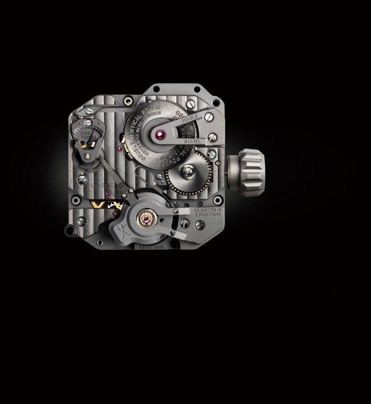 從左圖的概念原型縮小至可以配戴在手腕上,UR XXX機芯花費了至少6年時間研發。...