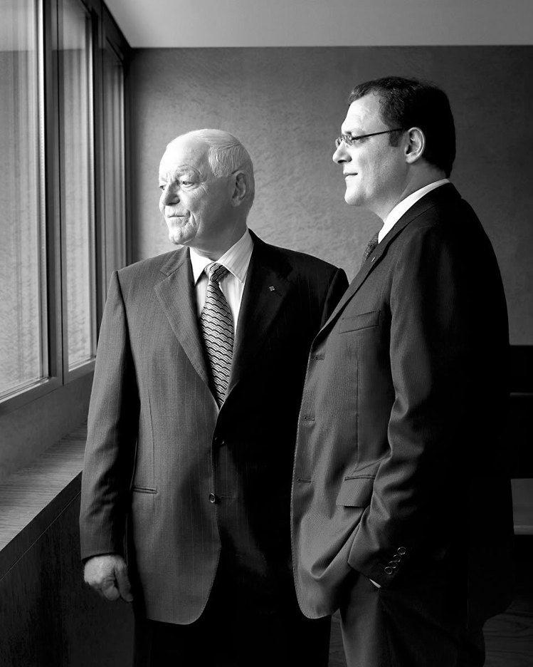 百達翡麗是個講究經典傳承的鐘表品牌,前任總裁菲力浦史得恩(左) 將棒子交給兒子泰...