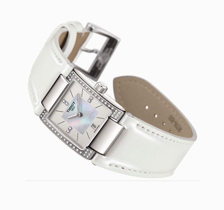 T02系列女裝鑽表,鑲有56顆美鑽,38,700元。圖/天梭提供
