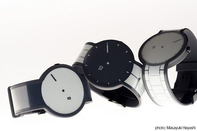 這只電子紙手錶「FES Watch」重量約50.6公克,內建電池能持續使用長達6...