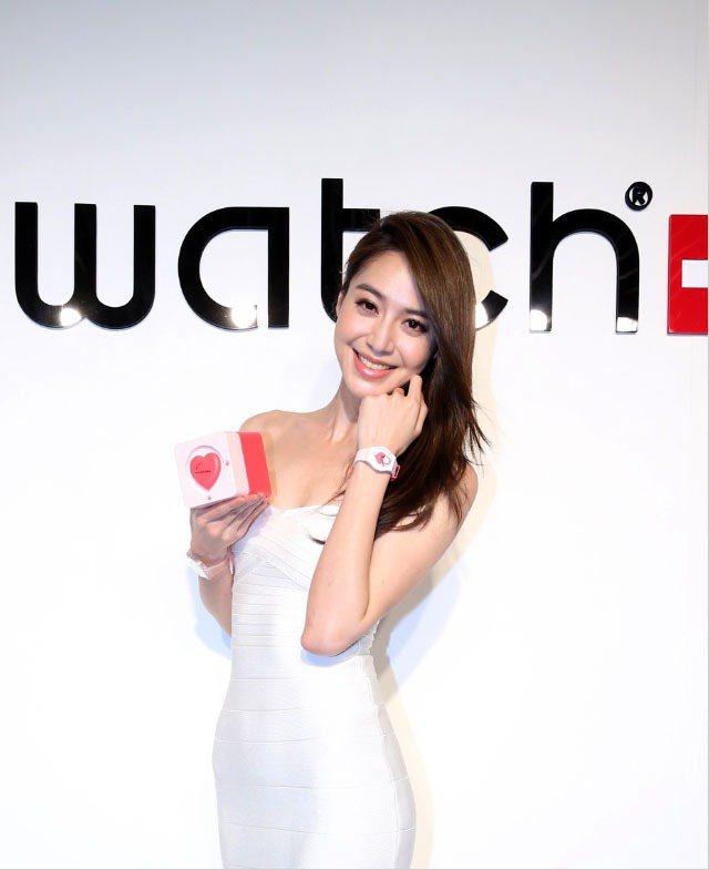 白歆惠甩去「白大哥」形象,甜蜜戴上Swatch情人節腕表。圖/Swatch提供