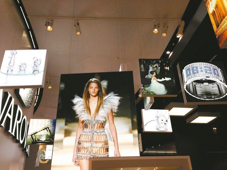 施華洛世奇慶120周年,今年展場布置也透過照片回溯重要作品。記者祁玲/攝影