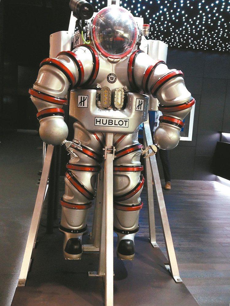 宇舶表在巴塞爾表展會場內展出一套貨真價實的潛水衣,相當吸睛。記者祁玲/攝影