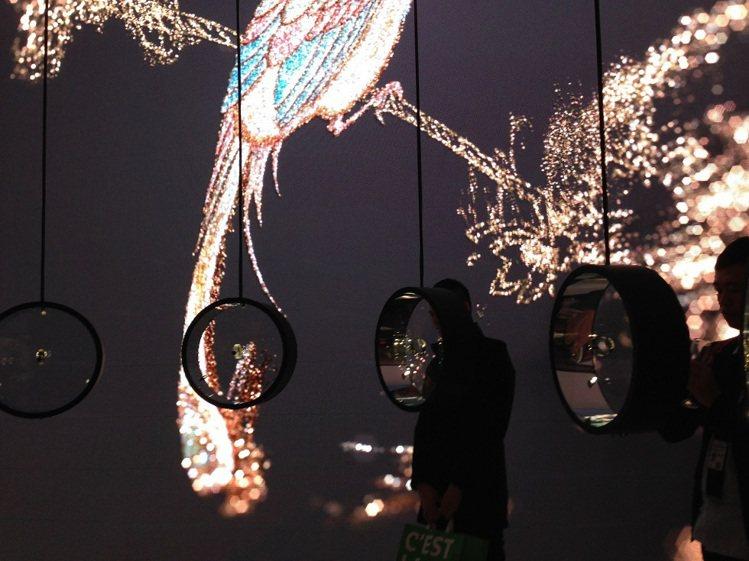 香奈兒展館以圓形透明表櫃展示腕表,搭配牆上巨型投影畫面,充滿詩意。記者祁玲/攝影