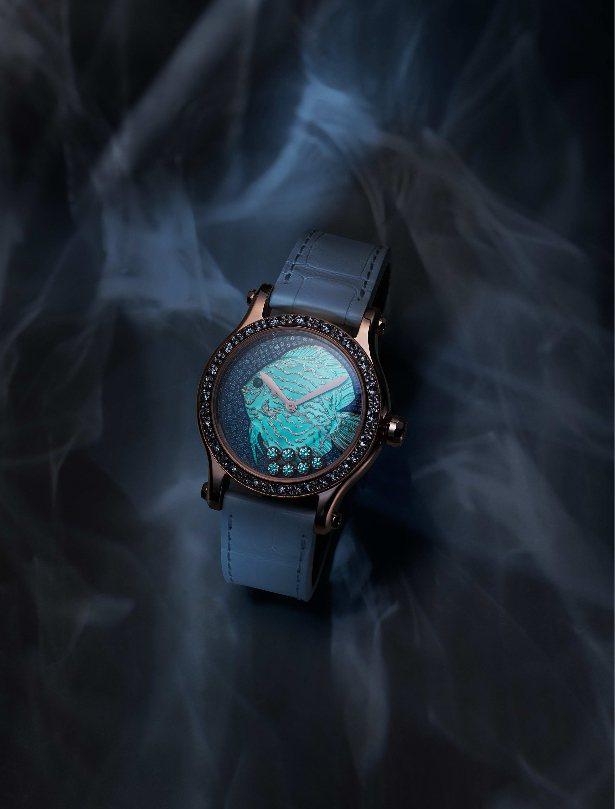 蕭邦新款Happy Fish腕表,珍珠母貝表盤展現精雕工藝,在黑暗的環境中則能發...