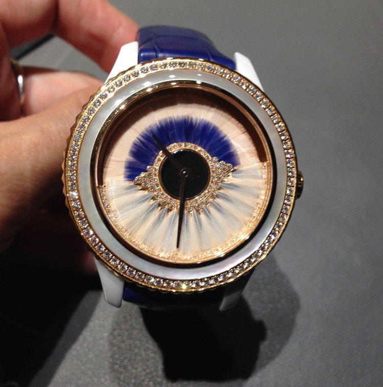 Dior Grand Ball系列今年採用雙色羽毛。限量88只,定價約200萬元...
