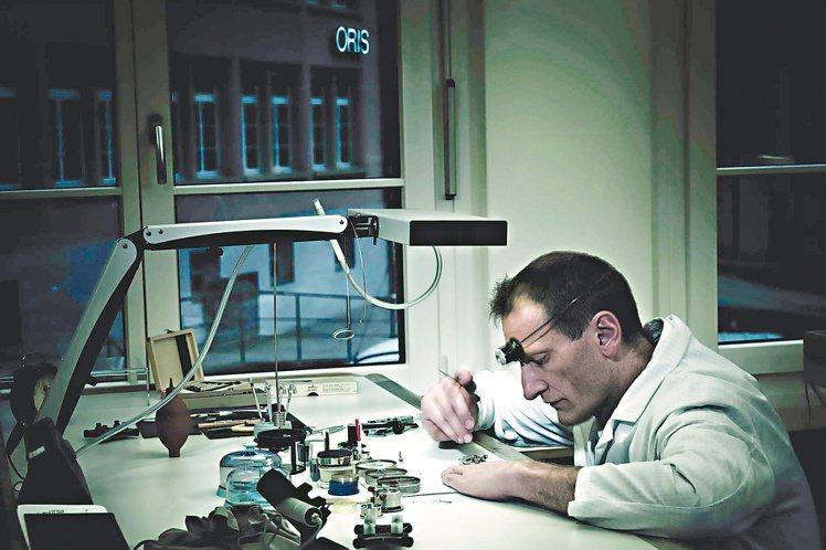 製表師確保ORIS所生產的腕表與搭載的機械機芯皆符合瑞士最高品質標準。圖/ORI...