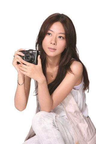 相機廣告現紛紛以富個性美的女星為代言人,圖為Nikon單眼相機代言人陳綺貞。圖/...