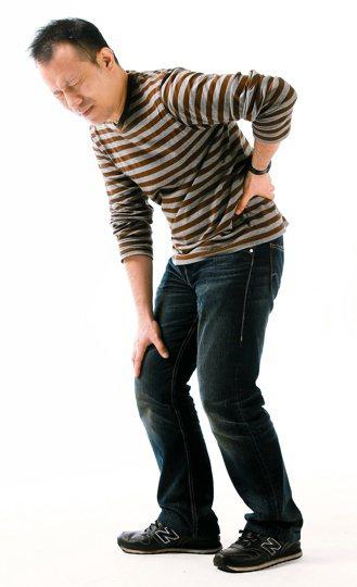 有腎臟病卻不按時間定期洗腎,體內血磷堆積,會產生纖維性骨炎,容易骨折。 報系資料...