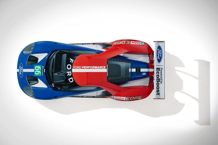 GT賽車除援用GT的本構型,車身採取紅藍白三色調的塗裝。  Ford提供