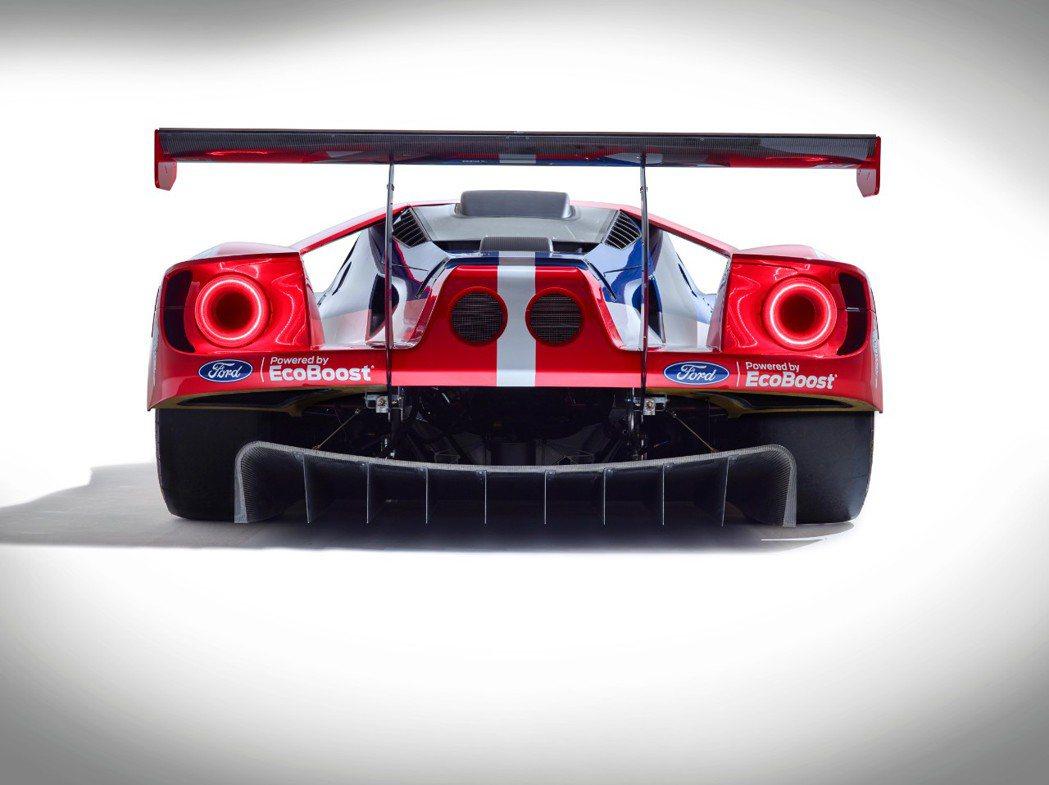 GT賽車有大型車尾後擾流,車尾下方還有大型分流器,尾翼上EcoBoost字樣說明...
