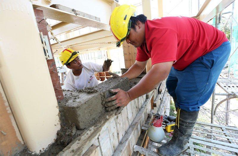 台東知本孩子的書屋黑黑工班每天準時上工,他們用當地的土與木屑所做成的泥磚來蓋房子...