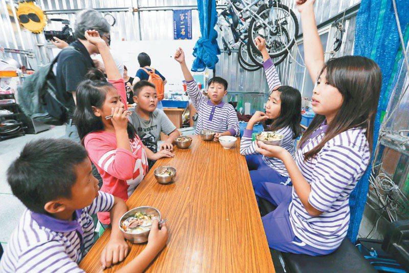 在美和書屋上課的小朋友,下課來就做功課,還可享用美味的晚餐。記者劉學聖/攝影