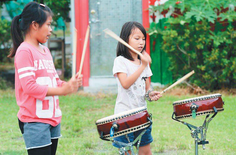 台東孩子的書屋,教孩子打鼓學音樂。 記者劉學聖/攝影