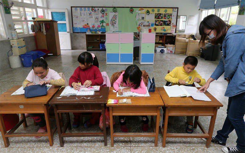 台東縣樟原國小二年級就只有四個學生,老師正陪等車回家的小朋友上課輔課。記者胡經周...
