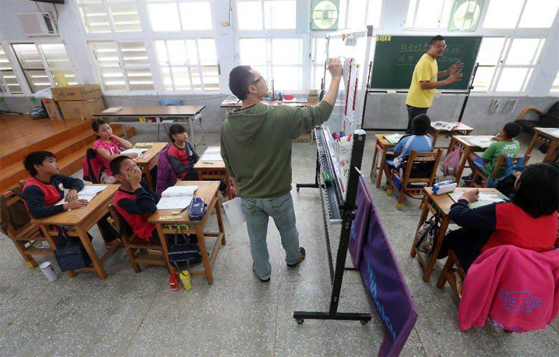 台東縣寧埔國小由於校舍整修加上教室不足,二、三、五三個年級的小朋友居然在同一間教...