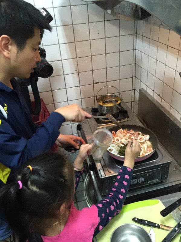 漁光國小黃鴻志老師與學生正神情專注地為客人準備午餐。圖片提供/聯合報