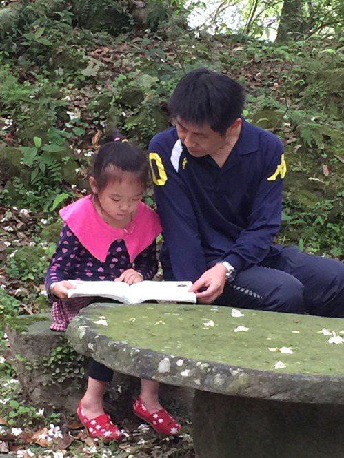 漁光國小一年級只剩一個學生,導師黃鴻志(右)和金善一對一教學。圖片提供/聯合報