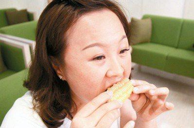 不少人愛吃玉米、芭樂等硬物,當心顳顎關節退化。(圖非當事人) 記者李樹人/攝影