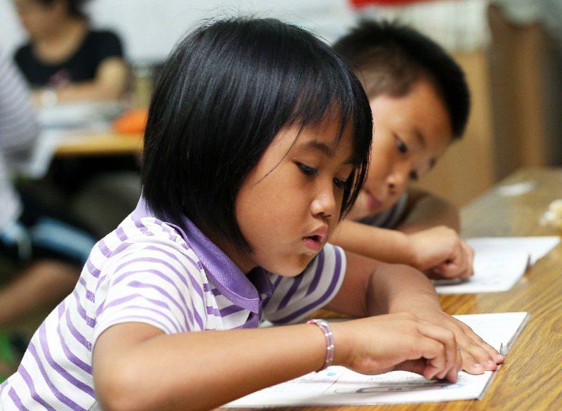 圖為台東知本的美和書屋,有多位小朋友下課就來這裡做功課,也有義工老師指導。記者劉...