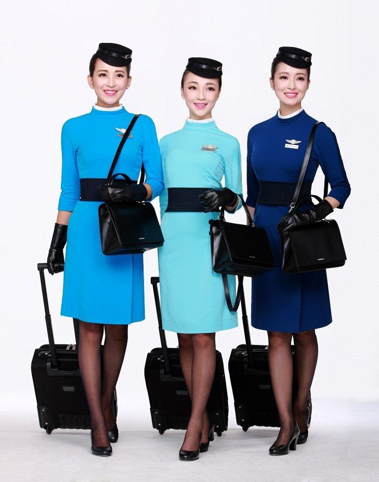 陳季敏為廈門航空設計空姐制服,充滿60年代太空風的時尚風情。圖/JAMEI CH...