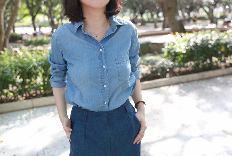 淺色丹寧襯衫的胸前有淡淡的刷色,能夠製造胸前UP的效果,把袖子捲起來隨性又帥氣,...