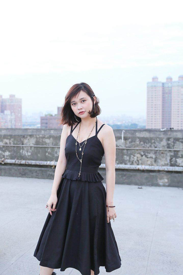 中間的木耳百摺設計,將這件黑色洋裝增添低調的華麗感,這種款式很適合去趴踢場合或是...