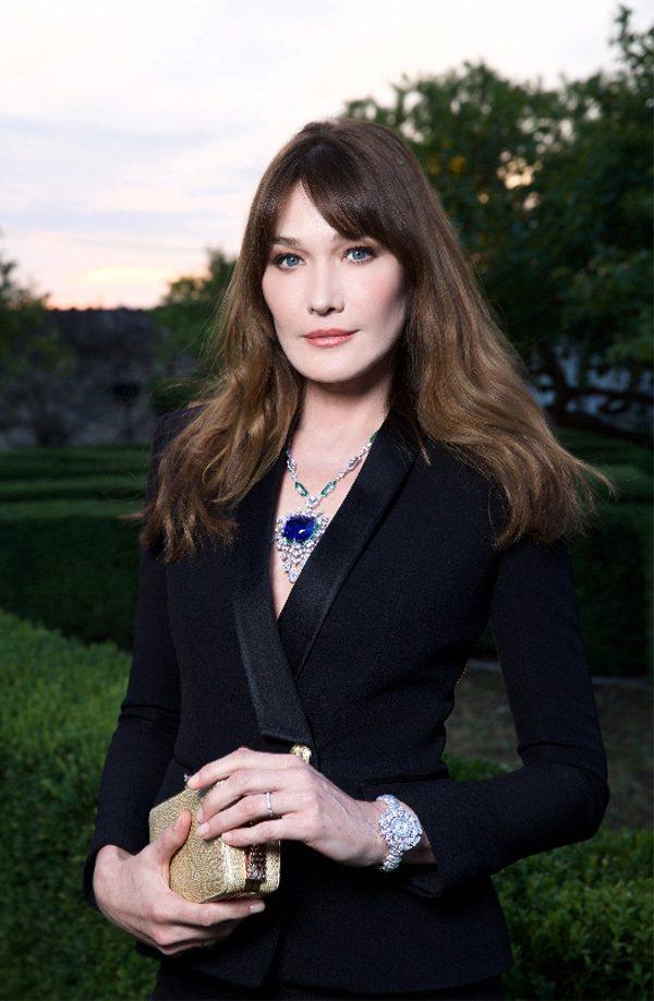 寶格麗代言人Carla Bruni配戴愛情天堂頂級藍寶石項鍊,耀眼奪目。圖/寶格...