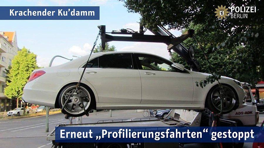 這輛賓士 S-Class的輪圈與車身高度明顯有問題。 POLIZEI BERLI...