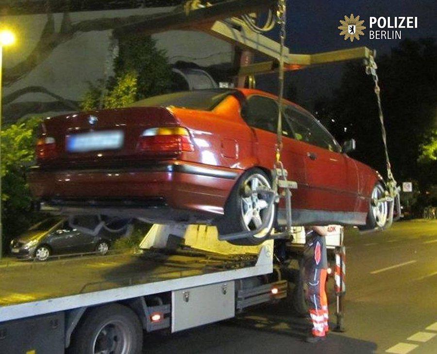 車齡近20年的 BMW E36車款也照樣帶回去研究。 POLIZEI BERLI...