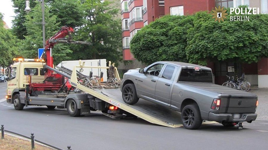 稀有的美國 Dodge貨卡一定有問題,拖! POLIZEI BERLIN