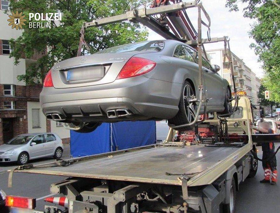 看似保有原廠外觀的 Mercedes-AMG賓士轎跑也被拖吊,可能是排氣管太大聲...