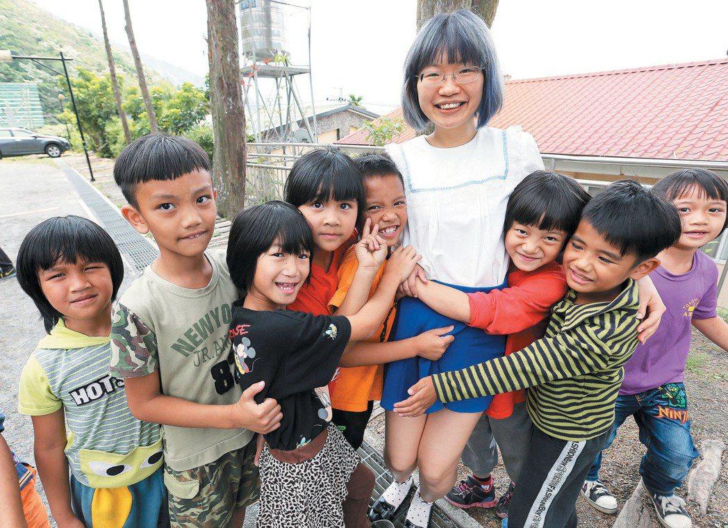 打扮時髦的潭南國小英文老師林儷穎,是該校多年來首位專任英文老師。記者劉學聖/攝影