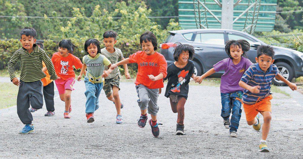 潭南國小沒有操場,體育課就是繞著校舍跑一圈。記者劉學聖/攝影