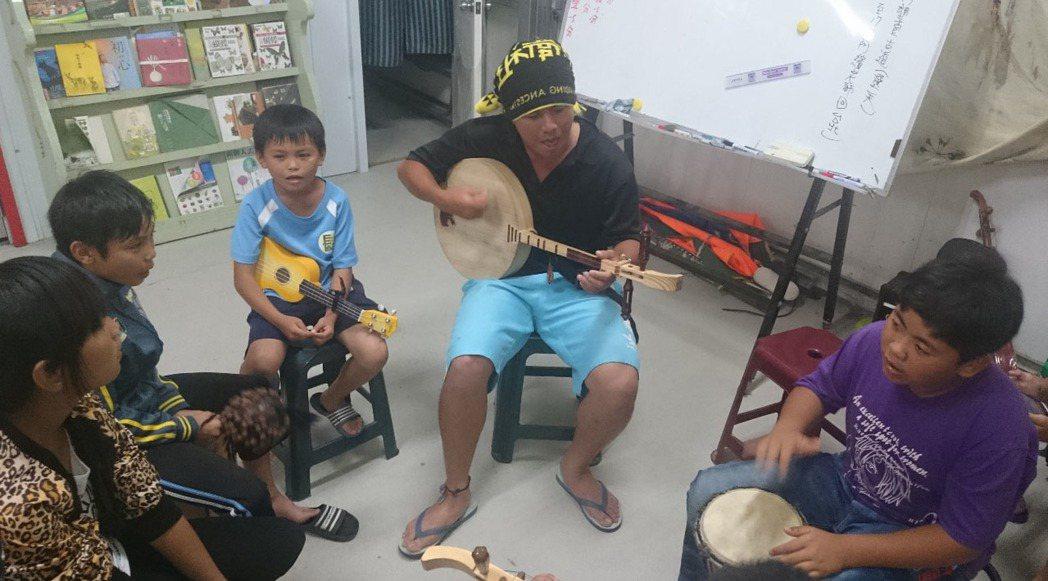 鄭豐繽(中)為孩子組月琴樂團,希望以在地文化找到學習熱情,進而透過表演「走出去」...