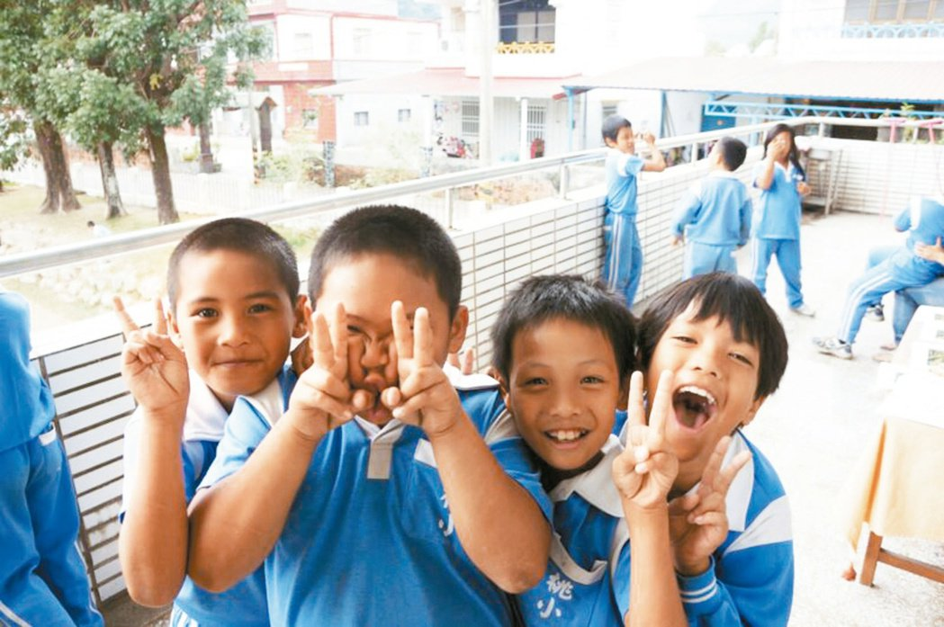 搶救偏鄉學童英語力,學者啟動即刻救援計畫,獲教育部經費支援,今年9月7所大學英語...