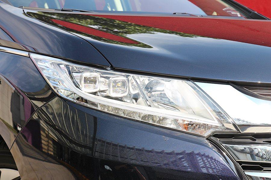 我們試乘的Odyssey APEX車型,還結合LED頭燈和LED晝行燈,並有AC...