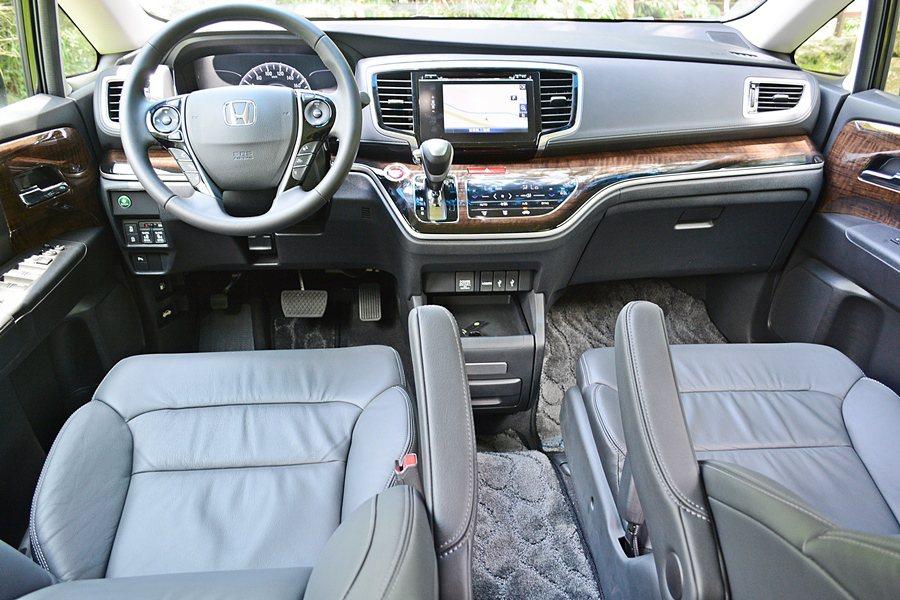 整個座艙鋪陳與配色,簡潔內斂而有深厚的質感,以和緩的弧線構成,讓車室呈現流動感艙...