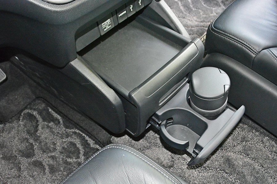 車內有許多十分貼心的置物功能,中控台下方的置物台,具有伸縮功能,可以外拉、方便置...