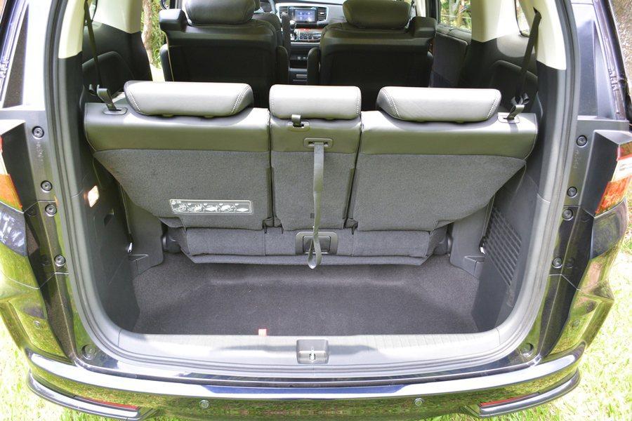 Odyssey另外還能變出載貨模式,第二排座椅利用滑軌前移最前方,讓行李廂空間大...