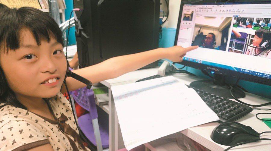 屏東縣牡丹鄉「旭海小學堂」學童,透過網路視訊,和台北高中生小老師「面對面」上課。...