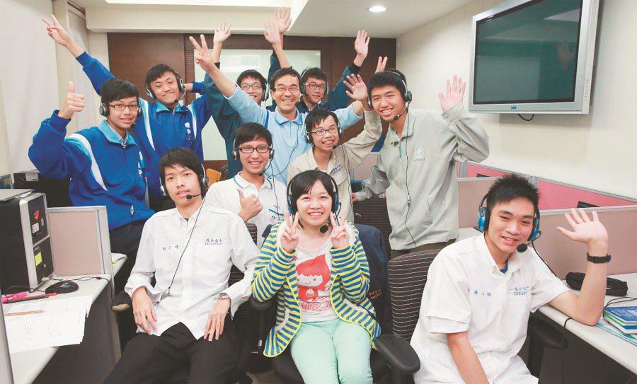 台北市一群高中生加入「線上學伴公益計畫」,為屏東偏鄉弱勢生免費課輔。記者黃義書/...