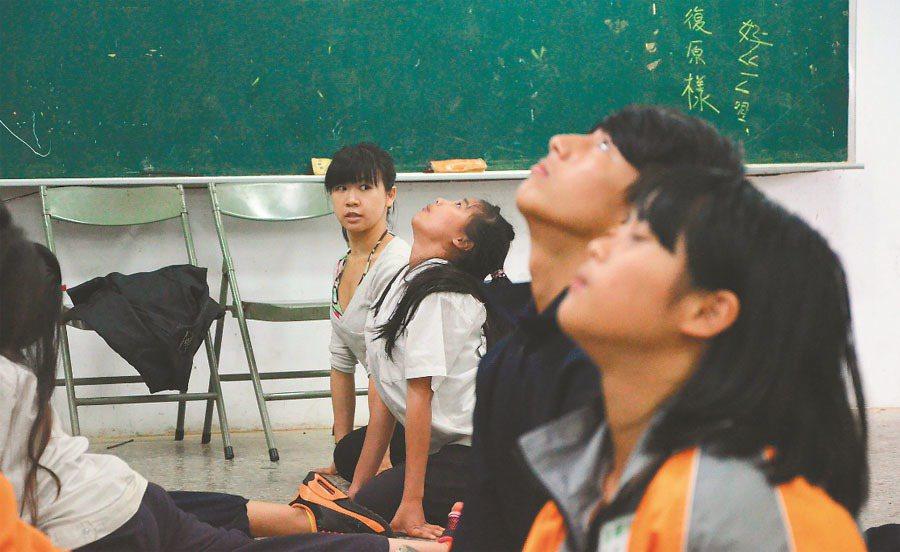 桃園市介壽國中推出「山中舞者」課程, 讓有舞蹈天賦的學生,接受舞蹈老師教導。 記...