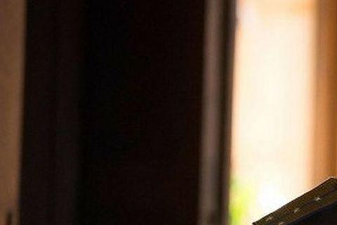英國性格男星湯姆哈迪有不少代表作,像是「黑暗騎士:黎明昇起」裡的大反派班恩、以及「瘋狂麥斯:憤怒道」裡的荒漠戰士麥斯,不過這兩部片中他的一張帥臉往往被詭異的面罩遮住。最近他在新片「失控獵殺:第44個...