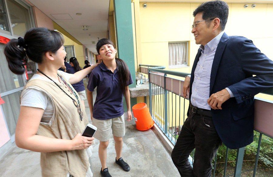 台東均一中小學採用華德福教學,董事長嚴長壽(右)希望能貢獻心力,來翻轉台灣教育體...