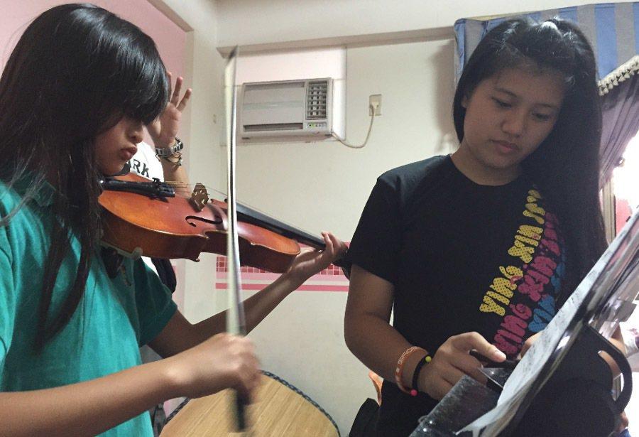 周巧恩(右)從親愛國小音樂班畢業後,每周固定指導學弟妹練小提琴。記者陳妍霖/攝影