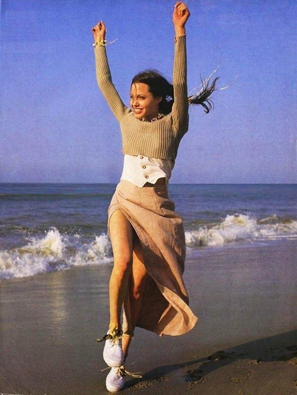 安潔莉娜裘莉在1993年時為 LOOK 雜誌拍攝了一系列的海灘性感照。當時的她沒...