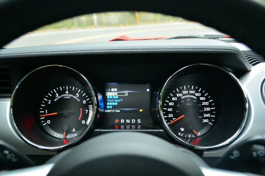 雙圓式移錶組也是Mustang的經典設計元素。 記者趙惠群/攝影